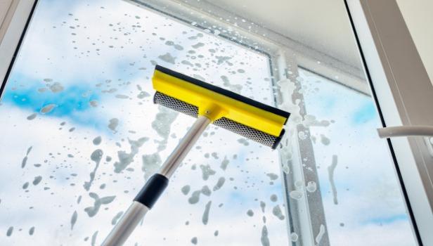 نظافت و نگهداری در و پنجره دوجداره و سه جداره